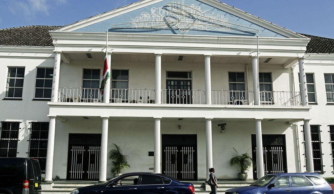 Suriname laat verzwakte nationale munt nu zweven