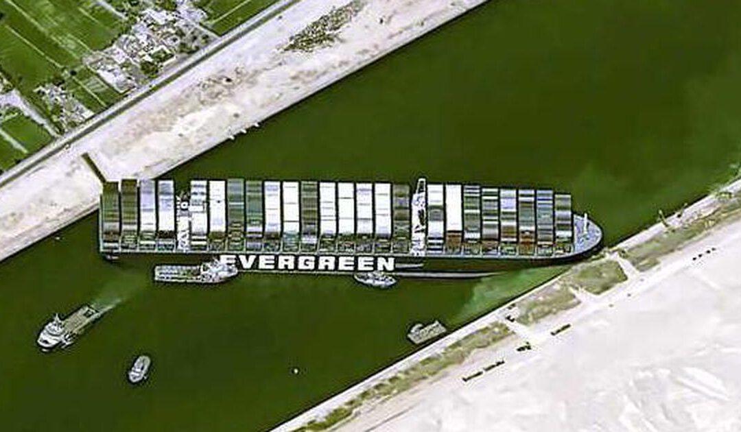 Blokkeerschip Suezkanaal bijna losgetrokken